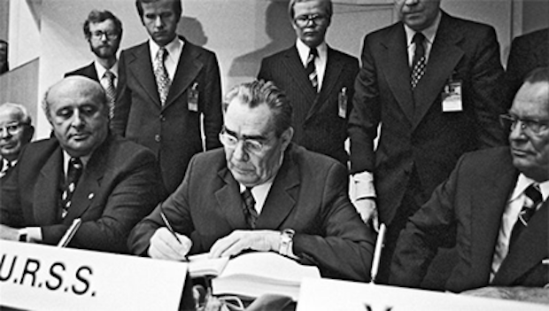 Leonid Brežnev podpisuje Helsinský dohovor, 1. august 1975