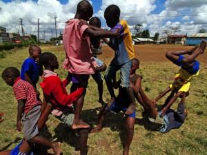 Dary zo slumov Nairobi – Akrobati z Kware