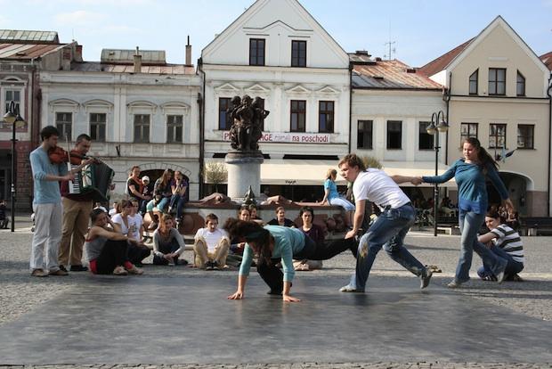 Tanečný happening v uliciach mesta