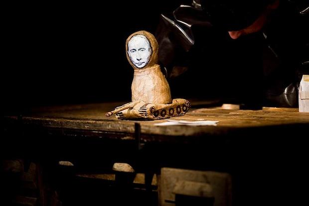 Divadlo Líšeň: Putin lyžuje